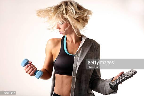 Multitasking Geschäftsfrau Gleichgewicht zwischen Privatleben und Arbeit und fitness