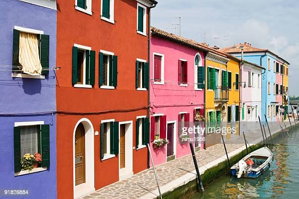 マルチカラーの家屋は、ブラーノ運河、ヴェニスです。のポートレート。赤、ピンク