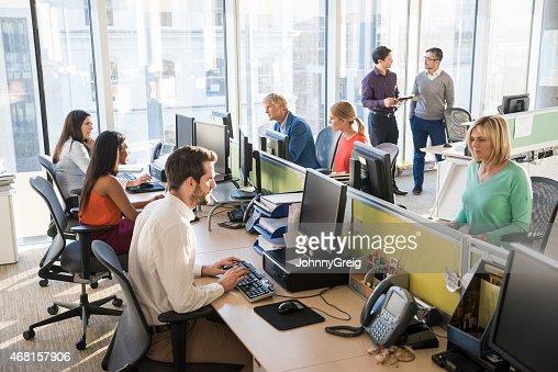 Multi-ethnique de gens d'affaires travaillant ensemble dans le bureau