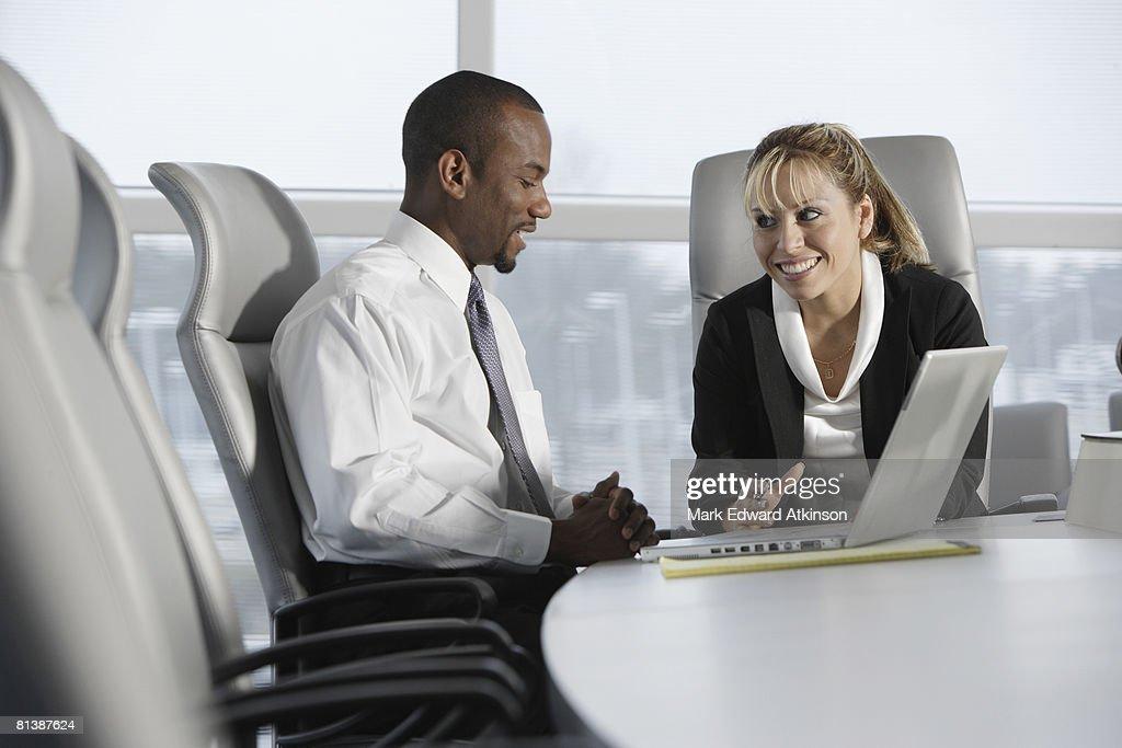 Multi-ethnic businesspeople talking : Stock-Foto