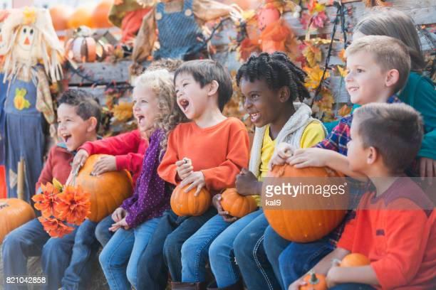秋祭りで多民族の子供たち