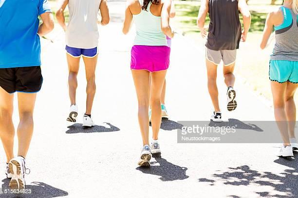 Multiétnico competidores corriendo maratón en el parque