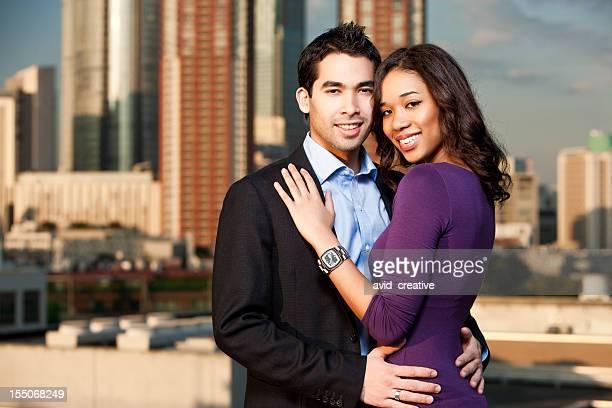 多民族のカップルとポーズをひととき