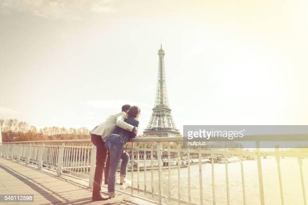 couple Multi-ethnique s'amusant à proximité de la tour Eiffel à Paris