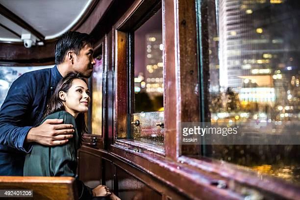Multi-ethnischen Paar in Hong Kong Reisen mit der Fähre