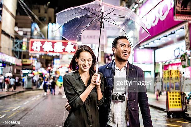 couple Multi-ethnique dans Hong Kong, à proximité de walking street