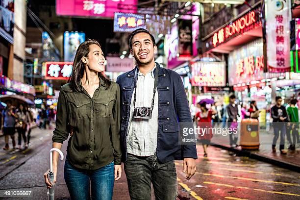 多民族のカップル香港の遊歩道