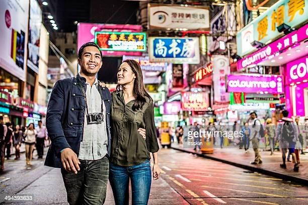 Casal Multi-étnica de rua em Hong Kong Andar