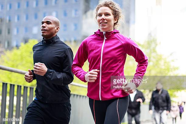 多民族カップルジョギングで都会的な雰囲気
