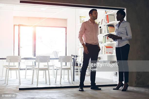 Multi -ethnic 、オフィスでの仕事について話す。