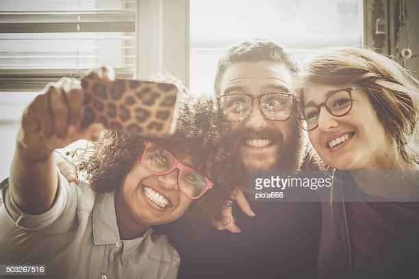 Multiethnische crazy selfie zusammen