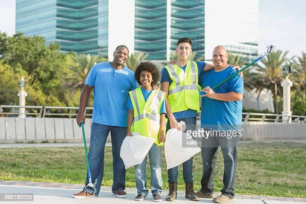 Multi-ethnique père et fils d'aider la communauté