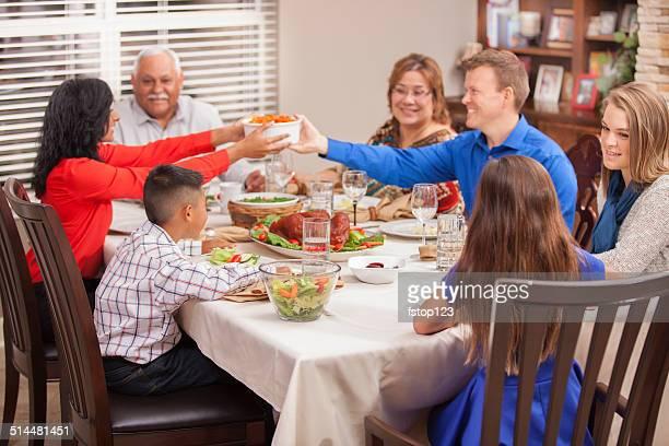 Multi-ethnische Generationen Familie genießt Thanksgiving-Abendessen wie zu Hause fühlen.