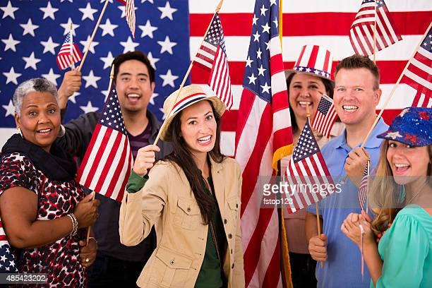 Grupo multiétnico.  Povo americano na reunião política.  Bandeiras dos EUA.  Votação.