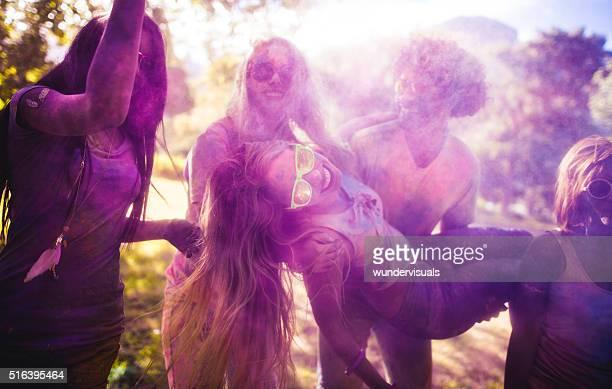 Multi-ethnische Gruppe Holi Festival feiern in Park