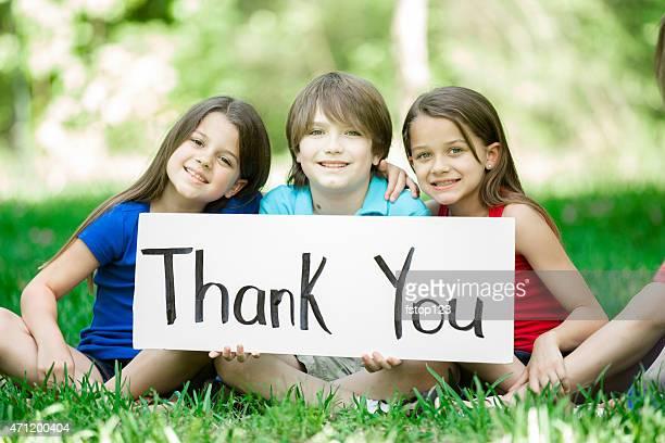 """Multi-ethnischen Gruppe von Kindern halten Sie """"danke"""" -Schild im Freien.   Sommer."""