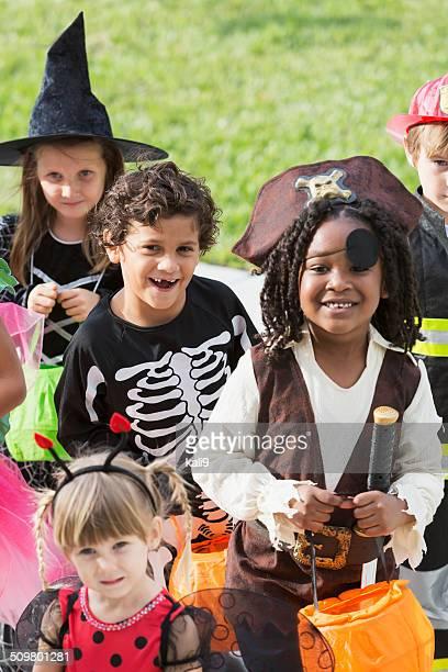 Multi-ethnische Gruppe Kinder in halloween-Kostümen