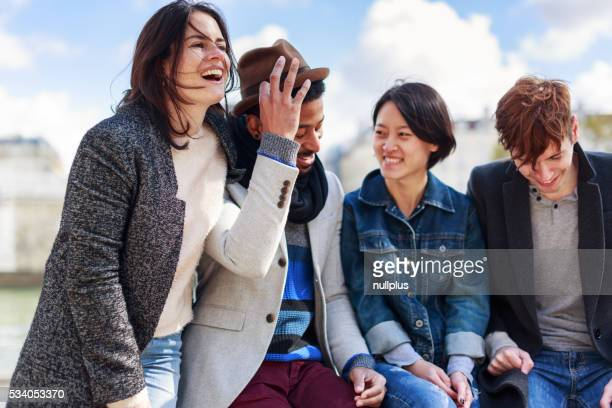 Groupe de Multi ethnique amis s'amusant le long de la Seine, à Paris
