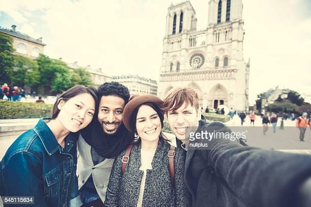 Groupe de Multi ethnique amis s'amusant à Paris, Notre-Dame