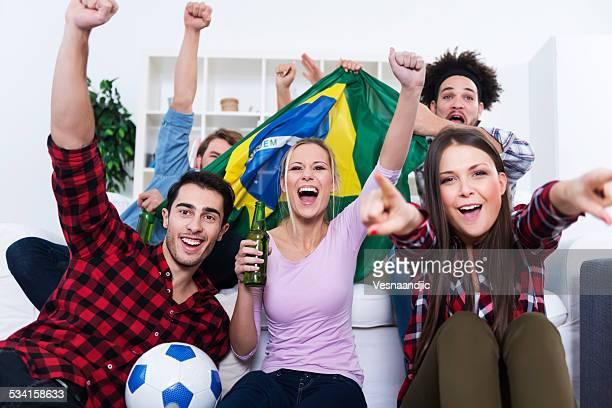 Multiethnische Gruppe von Freunden sehen Sie sich ein football-Spiel