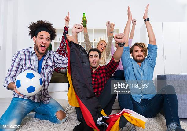 Multiethnique groupe d'amis en regardant un match de football américain