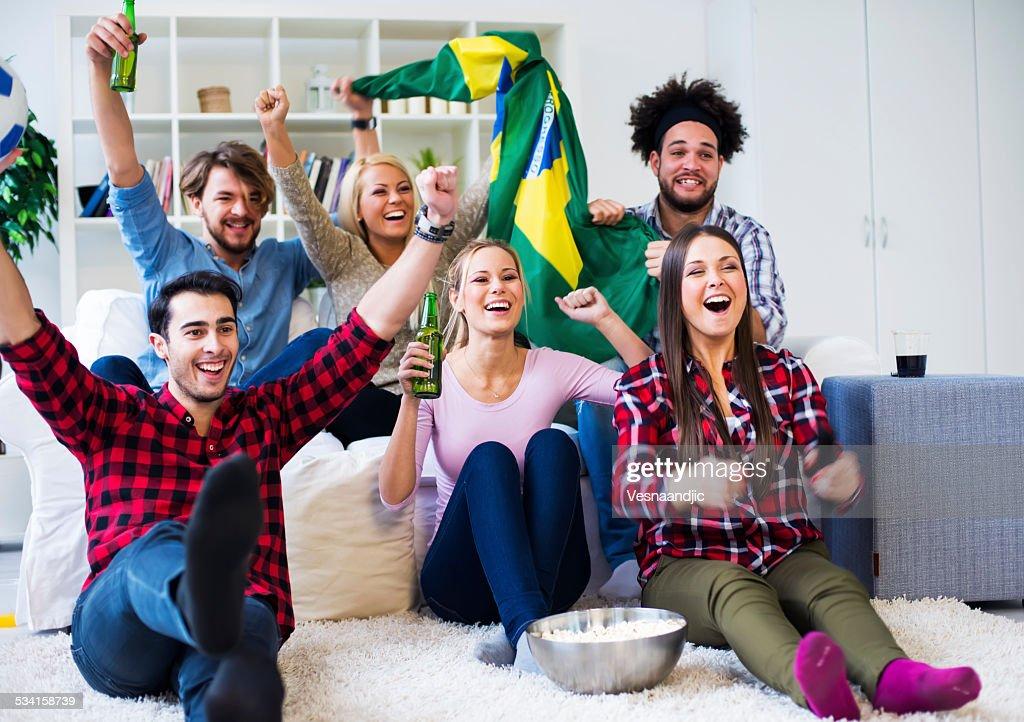 Multiethnische Gruppe von Freunden sehen Sie sich ein football-Spiel : Stock-Foto