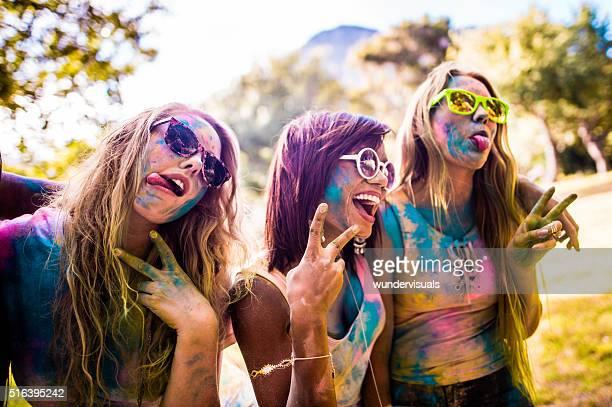 Multi-ethnischen eine Gruppe von Mädchen Feiern Holi Festival
