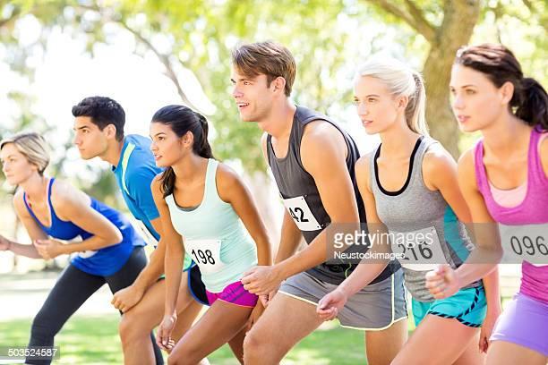 Multi-ethnischen Gruppe von Marathon-Läufer auf der Startlinie