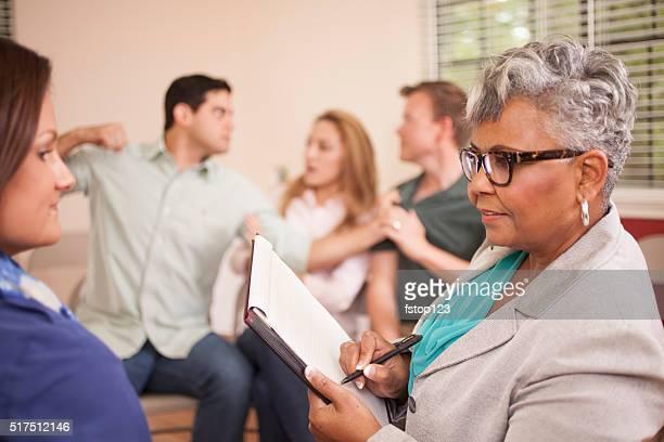 Multi-ethnischen Gruppe von Menschen auf einer Beratung mit Therapeuten.
