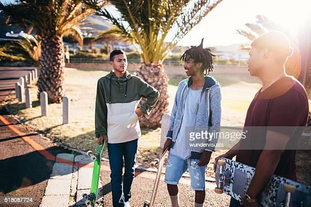 Multi-ethnischen eine Gruppe von Skater Relaxen am Straße