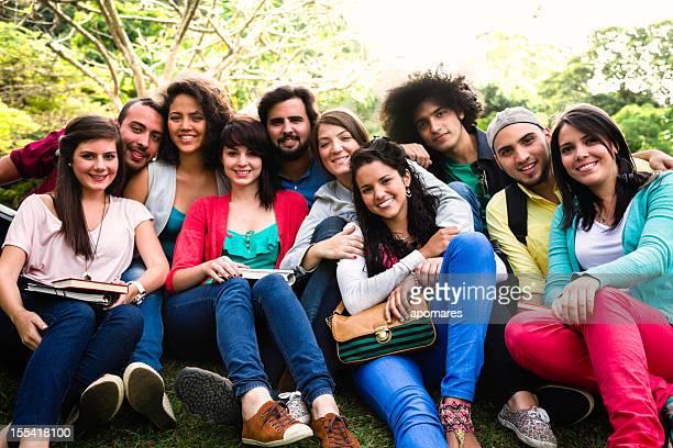 Grupo multiétnico de jóvenes estudiantes en el campus de la Universidad de intercambio