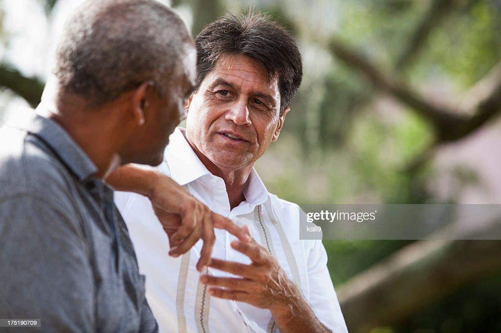 Multi-etnico di uomini parlare : Foto stock