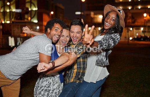 Multi-ethnique millenial groupe d'amis prenant un selfie photo : Photo