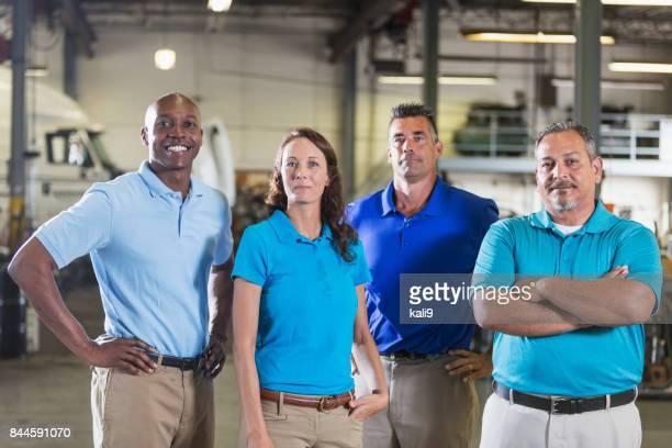 Équipe multiethnique travaillant pour la compagnie de camionnage
