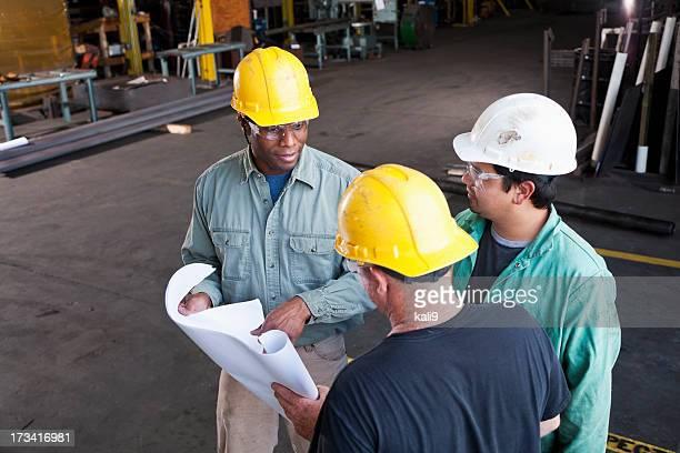 Multi-ethnique construction travailleurs en magasin