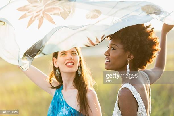Multi ethniques jeunes femmes de profiter de la nature sur la journée d'été