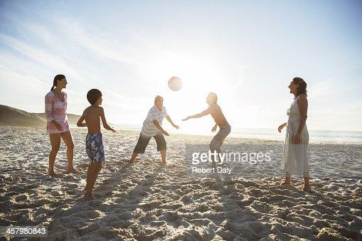 多世代家族のビーチでのバレーボール