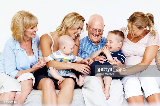 Multi-Generationen-Familie sitzt zusammen