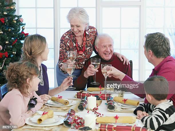 Multi-generation family Anstoßen im Weihnachts-Abendessen