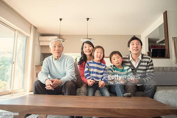 多世代家族でテレビをご覧のリビングルーム