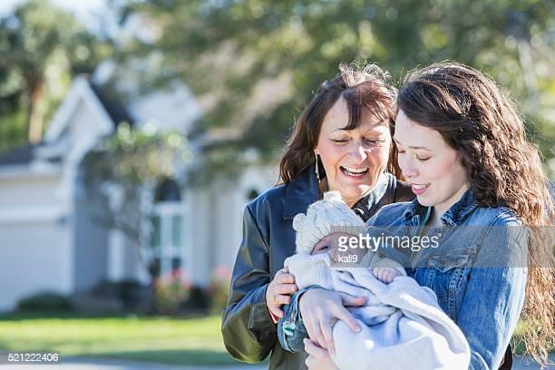 Multi-Generationen-Familie mit Baby von zu Hause