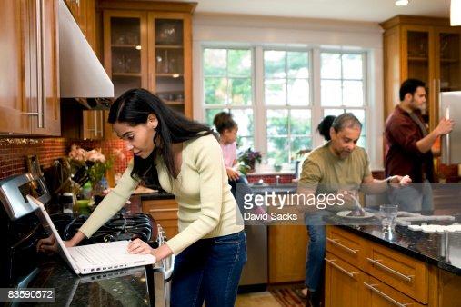 Mit der ganzen Familie in der Küche : Stock-Foto