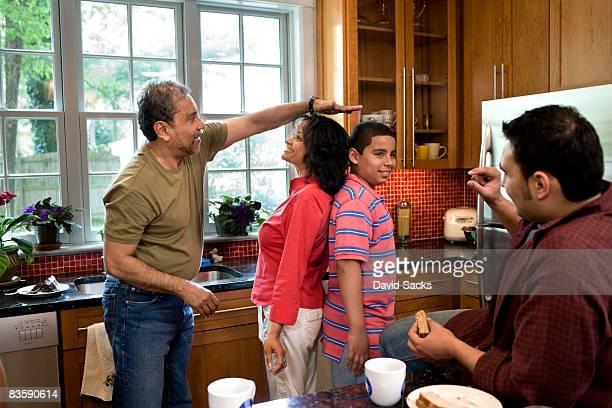 Mit der ganzen Familie in der Küche
