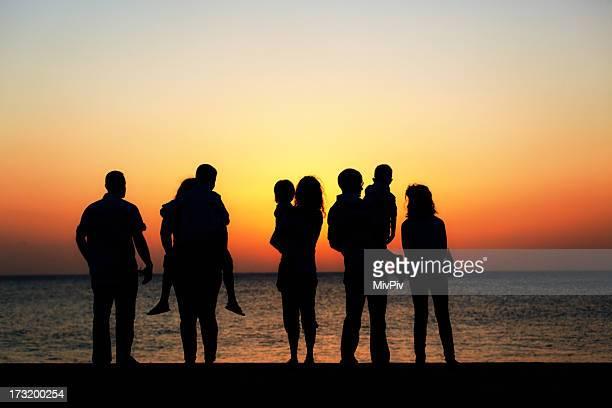 Multigenerational 家族の夕日を眺め