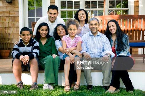Multigenerational familia hispana en Porche : Foto de stock