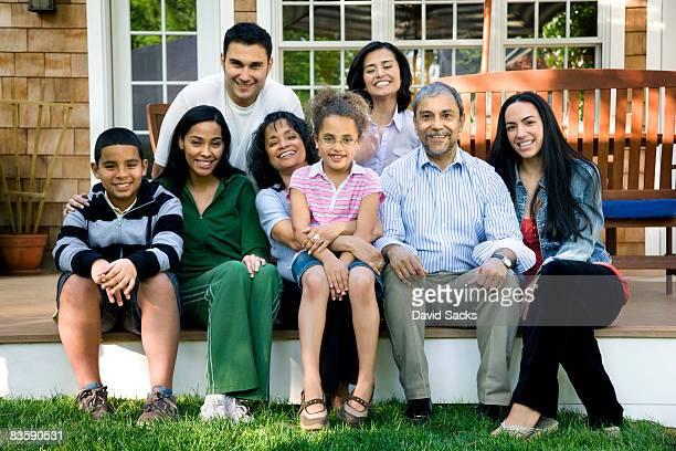 Hispanique famille toutes générations confondues sur Porche