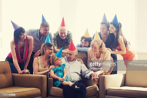 Multi-genetarion familia de fiesta en su casa