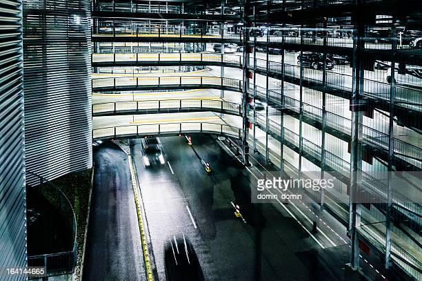 Mehrstöckige überdachte Parkgarage mit Parkservice lofts, bei Nacht