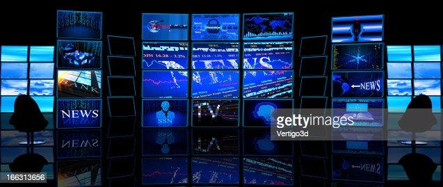 複数の TV 画面表示のニュースをダークスタジオ