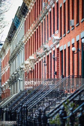 複数の都会のレンガのタウンハウスふさぎこむ Street の悩みを発見